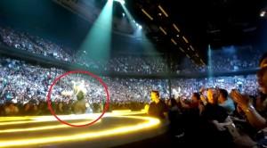 VIDEO YouTube. The Edge degli U2 cade dal palco di Vancouver durante concerto