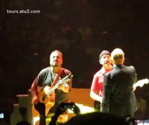 U2, The Edge non ricorda gli accordi e Bono fa suonare un fan