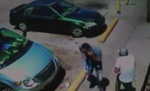 Usa, mentre spara in strada e continua a telefonare al cellulare