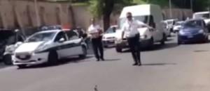 Roma, vigili urbani fermano traffico per far attraversare papere