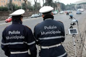 Roma, autobus contro albero a Cinecittà: dieci feriti