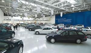 Grecia, chi ha i soldi in banca li ritira e compra auto di lusso