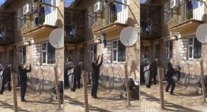 Video YouTube - Non ha voglia di fare le scale: lancia il bimbo dal balcone