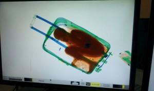 Il bambino ivoriano nascosto in valigia restituito alla madre