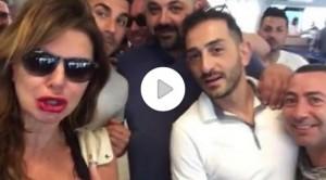 """Alba Parietti su volo per Ibiza: cori da stadio, interviene steward: """"State calmi"""""""