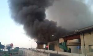 VIDEO YouTube: incendio deposito rifiuti su via Salaria, in fiamme capannone
