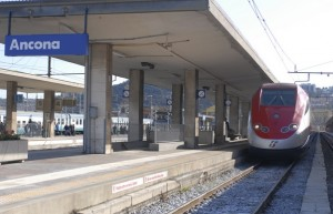 Ancona, ragazzina di 17 anni si butta sotto al treno: tragedia alla stazione