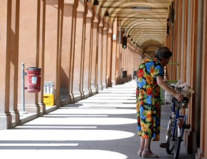 Vicenza, cade dalla bici: in 3 l'aiutano, ma le sfilano il portafogli