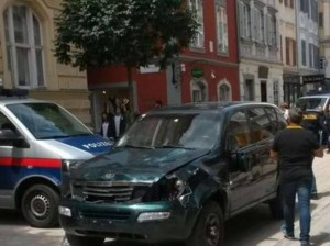 Si lancia col Suv contro i passanti e fa una strage. Follia in Austria alla vigilia del Gp