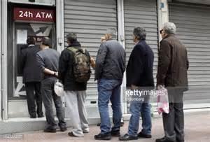 Fila a un bancomat ad Atene