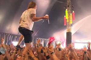 Video YouTube, il leader dei John Coffey prende birra al volo e la beve