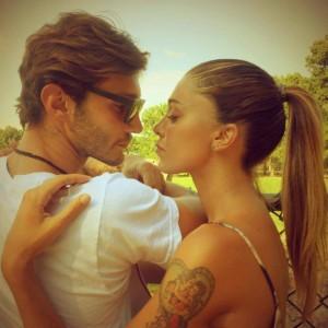 Belen Rodriguez cancella tatuaggio gemello: crisi con Stefano De Martino? VIDEO