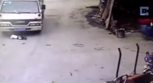 VIDEO YouTube. Bimbo investito da camion in Cina rimane illeso
