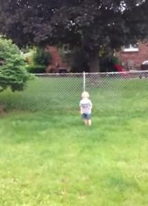 """VIDEO YouTube - Pesta """"qualcosa"""" in giardino. La reazione disperata del bimbo"""