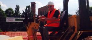 San Lazzaro, anziano che guarda cantiere nominato direttore lavori ad honorem