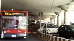 Bologna, guida bus con patente falsa: scoperto dopo incidente con taxi