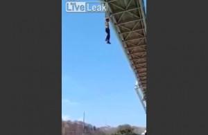 VIDEO YouTube - Colombia, appeso al ponte si lancia e si schianta su auto