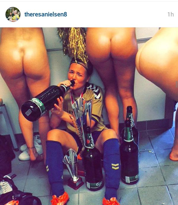 Calciatrice danese festeggia con compagne nude: FOTO fa scandalo in Danimarca