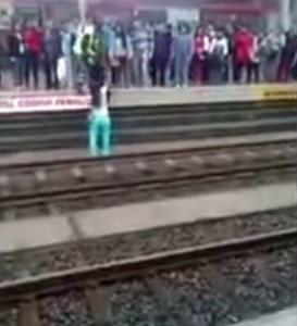 VIDEO YouTube - Lima, cane sui binari della metro: una donna lo salva