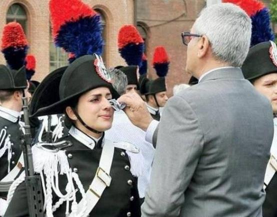 Chiara Meseris piange al giuramento Carabinieri. Foto virale, Renzi la chiama