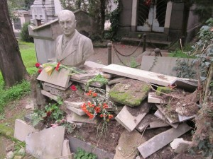 Napoli: rubano anche le tombe, buttano fuori i resti