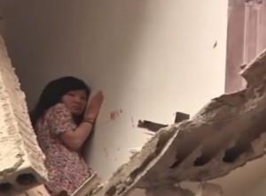 VIDEO YouTube - Cina, crolla palazzo: donna in bilico nel vuoto viene salvata