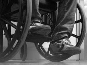 VIDEO YouTube - Rapina una banca e scappa in...sedia a rotelle