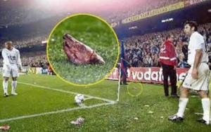 La testa di maiale lanciata in campo mentre Figo batteva un corner in un Clasico del 2002