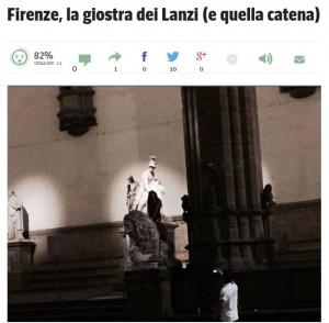 Firenze, ragazza cavalca leone nella Loggia dei Lanzi fuori gli Uffizi