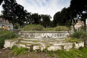 Napoli, dormivano nella Fontana dei Papiri. Lei incinta abbandonata da famiglia