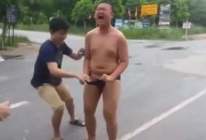 VIDEO YouTube - Formiche rosse sui genitali per gioco, le urla sono disumane