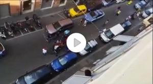 Genova, calci ai poliziotti: in quattro contro gli agenti VIDEO