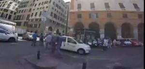 Genova, rissa al mercatino abusivo di via Turati