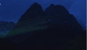 """G7, Greenpeace proietta messaggio su montagna: """"100% rinnovabili"""""""