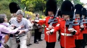 VIDEO YouTube - Londra, turista travolto dalle Guardie della Regina