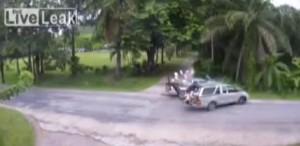 Pickup si scontrano: ragazzi schizzano dal cofano e vanno a scuola VIDEO