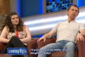 Incesto padre-figlia, lei resta incinta: patrigno fa fare test Dna in diretta tv