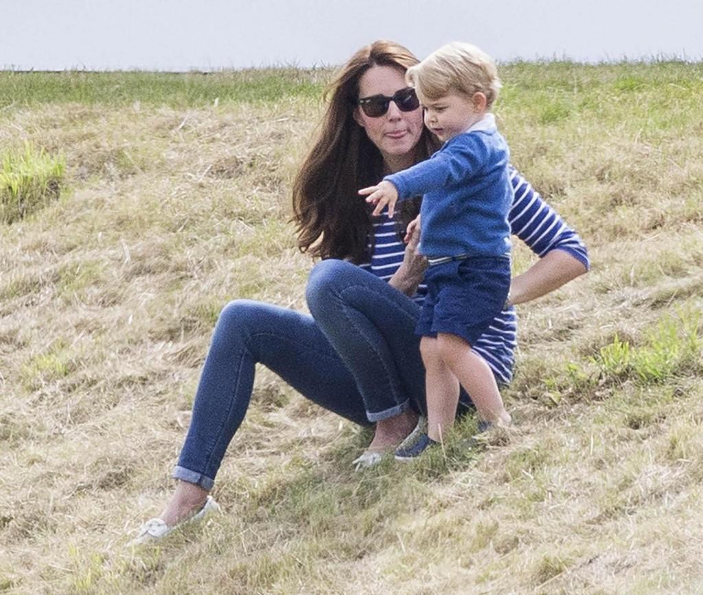Kate Middleton e il principino George giocano sul campo di polo FOTO 7