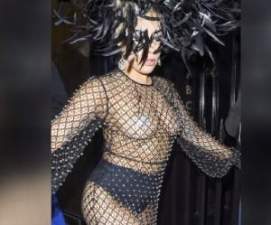 Lady Gaga: piume, slip e copricapezzoli luccicanti alla Royal Albert Hall