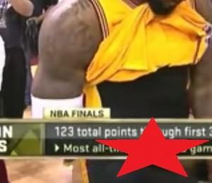"""VIDEO YouTube, LeBron James si riaggiusta il """"pacco"""", qualcosa sfugge..."""
