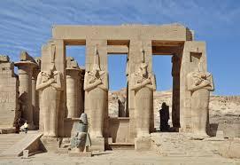 Attentato a Luxor, kamikaze nel parcheggio del sito: strage sfiorata