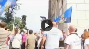 """Mafia Capitale, M5S protesta fuori dal Campidoglio: """"Marino dimettiti"""" VIDEO"""
