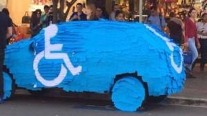 VIDEO YouTube Parcheggia auto su posto disabili: la ritrova tappezzata di post-it