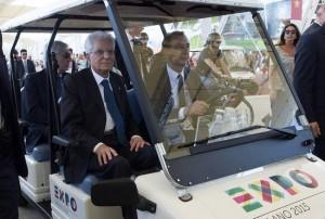"""Sergio Mattarella a Expo, studenti: """"Si faccia valere con Renzi, non firmi tutto"""""""