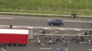 Calais, sciopero al porto. Migranti saltano sui tir per raggiungere Dover VIDEO