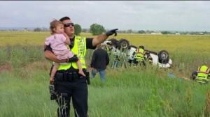 VIDEO YouTube: incidente in auto, papà muore, agente consola la bambina