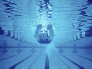 Vi bruciano gli occhi dopo un bagno in piscina? Non è solo il cloro...