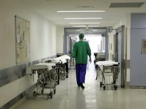 Pisa, bus dell'ospedale si ribalta: morto l'autista