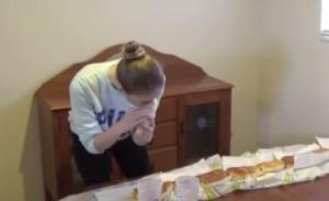 VIDEO YouTube - Modella Nela Zisser divora panino da un metro e mezzo