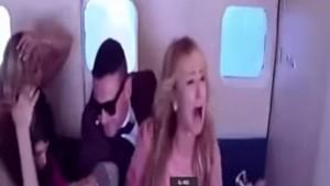 Panico ad alta quota, scherzo mortale a Paris Hilton/Video